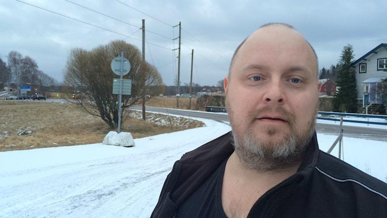 Fredrik Hansson från Lysekil i det så kallade Göfab-krysset på länsväg 162. Bara minuter tidigare har tre bilar krockat på precis samma plats.
