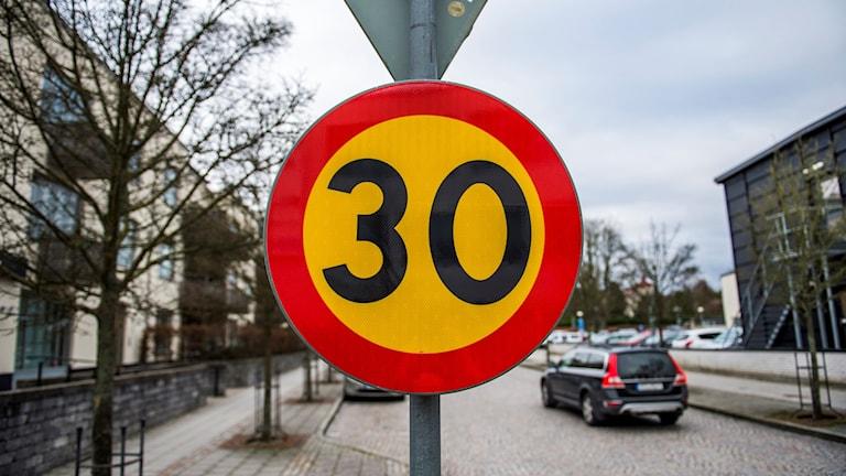 En hastighetsskylt som visar 30 kilometer i timmen.