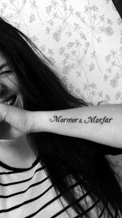 Tatuering på Frida Gustafssons arm. Mormor och morfar.