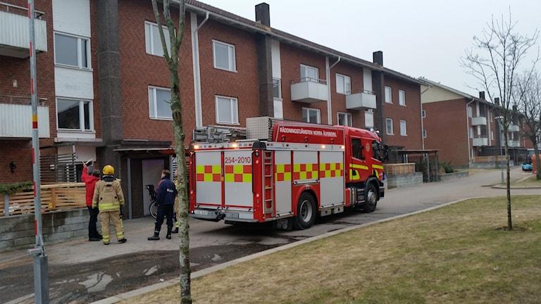 Brandbil utanför lägenheter i Sylte i Trollhättan.