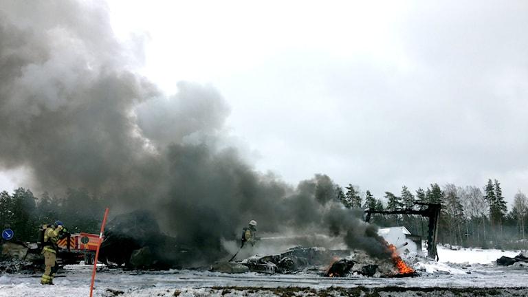 Lastbilar brinner på E45 vid södra infarten till Åmål