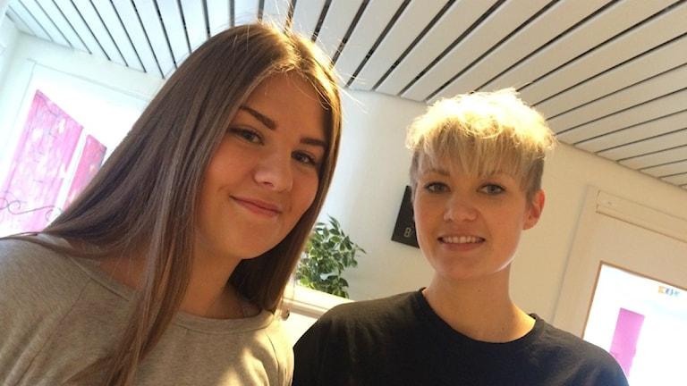 Eleven Annie Linell och läraren Amanda Gustafsson på Drottning Blankas gymnasieskola i Trollhättan.