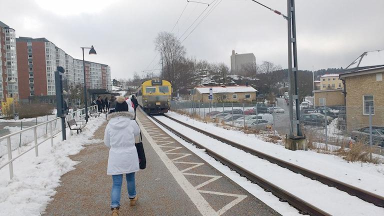 Ett tåg står inne på tågstationen Uddevalla östra.