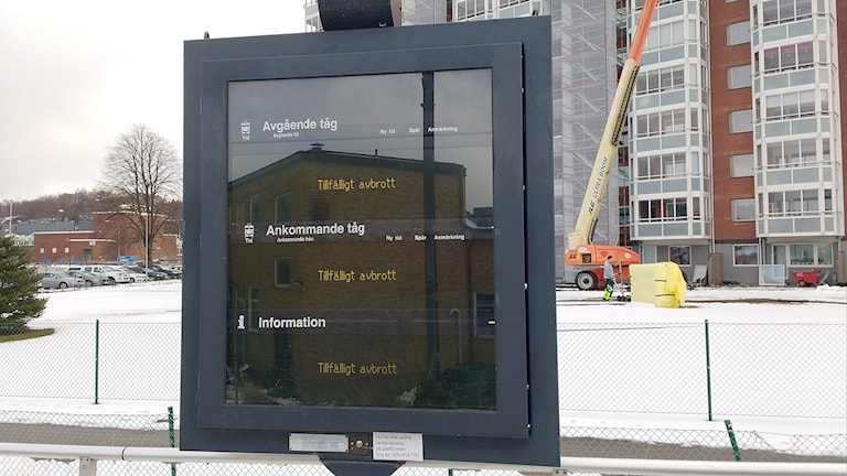 Informationstavla vid tågstationen Uddevalla östra, som visar att det är avbrott i trafiken.