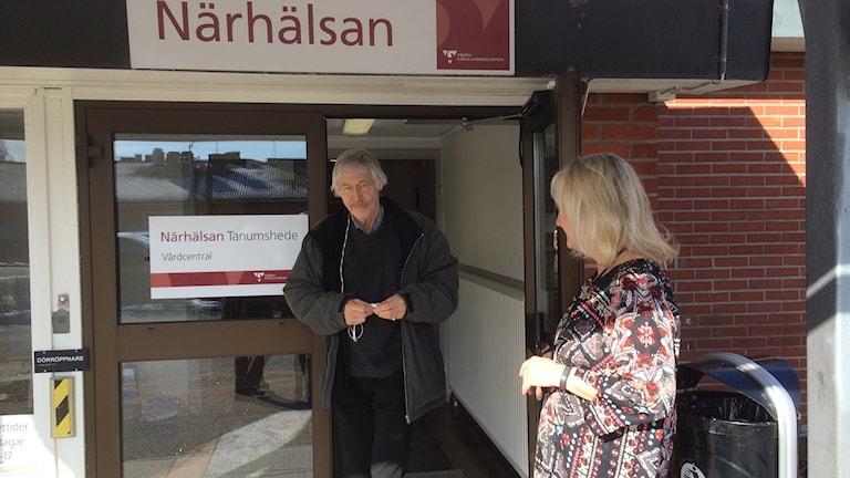 Hans Håkansson, besökare, och Agnetha Wingstedt, verksamhetschef