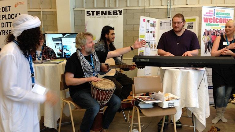 Musiker på plats på en jobbmässa i Uddevalla.