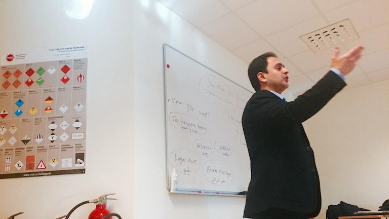 Mohammad Al-Salihi, samhällskommunikatör, håller i jämställdhetsdiskussionen för nyanlända i Tanum.