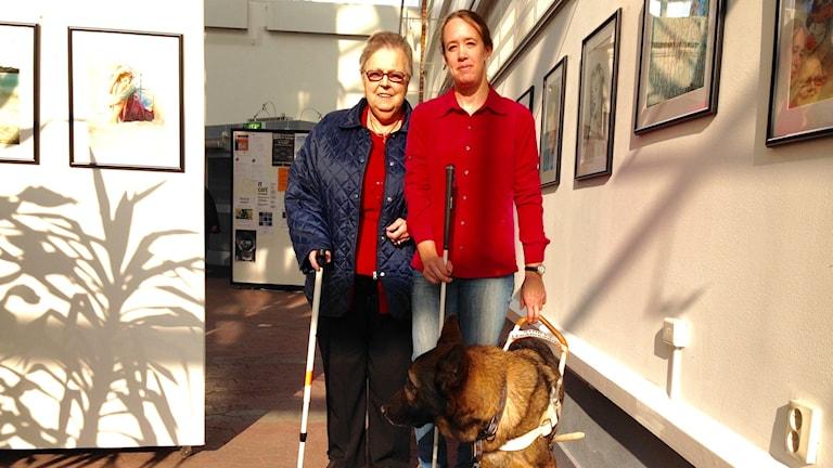 Barbro Johansson och Camilla Svensson synade Munkedalskommunhus tillsammans med ledhunden Messi.