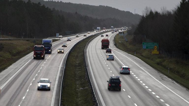 E6 med flera bilar och lastbilar.