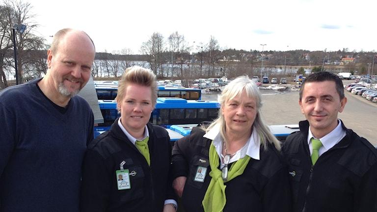 Staffan Dunér, Veronica Alveblom, Ann-Sofi Larsson och Avni Hajrullahu firar Bussförarens Dag på Nobinas depå i Vänersborg.