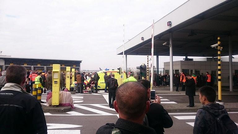Ambulanspersonal, resenärer och flygplatspersonal på flygplatsen Zaventem i Belgien, efter explosionerna.
