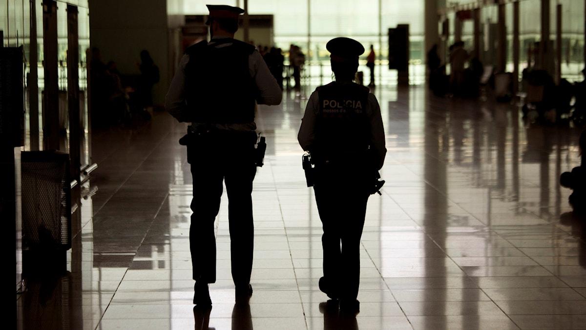 Poliser patrullerar inne på flygplatsen i Bryssel.