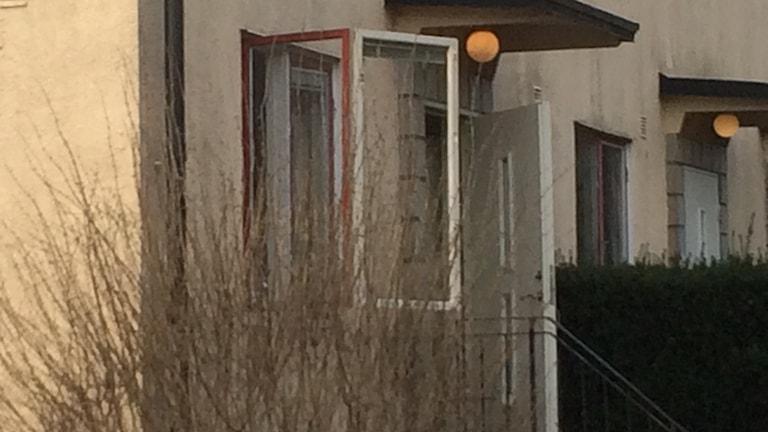 Ett trasigt fönster på baksidan av huset där sprängladdningen detonerade