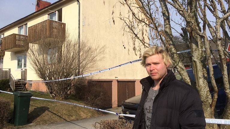 22-årige Fredrik Nord bor i lägenheten där explosionen inträffade. Han har ingen aning om vad som kan ligga bakom.