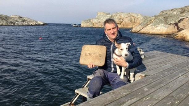 Joakim Brinkenberg (och en hund) som håller i en platta av guttaperka