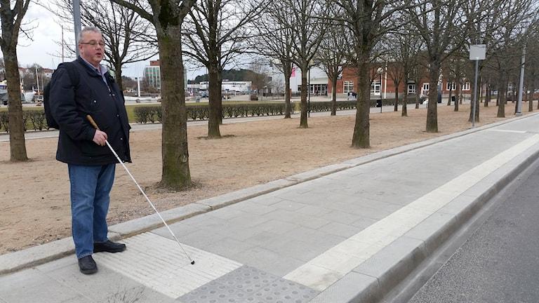 Ronny Blidberg står vid ledstråk på busstationen Kampenhof i Uddevalla