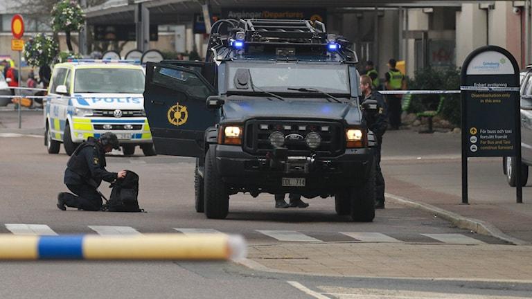 Polisens bombgrupp på plats på Landvetters flygplats, efter att flygplatsen fått ett bombhot.