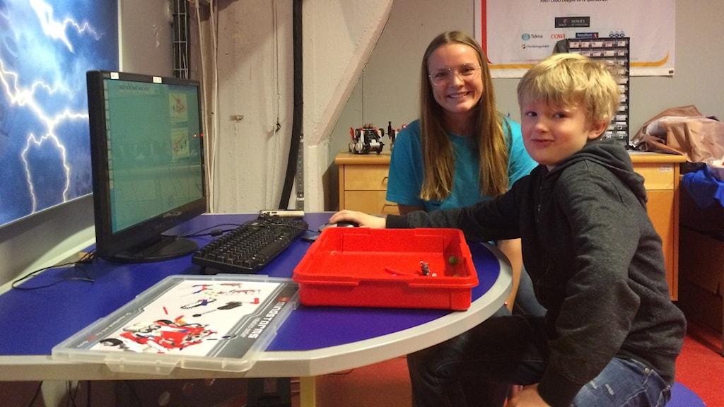 Elin Karlsson lär påsklovsledige Melker Ockborn legoprogrammering på Innovatum i Trollhättan.
