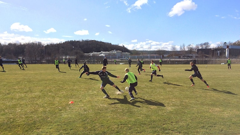 Fotbollsträning i vårsol 2016 för Ljungskile SK.
