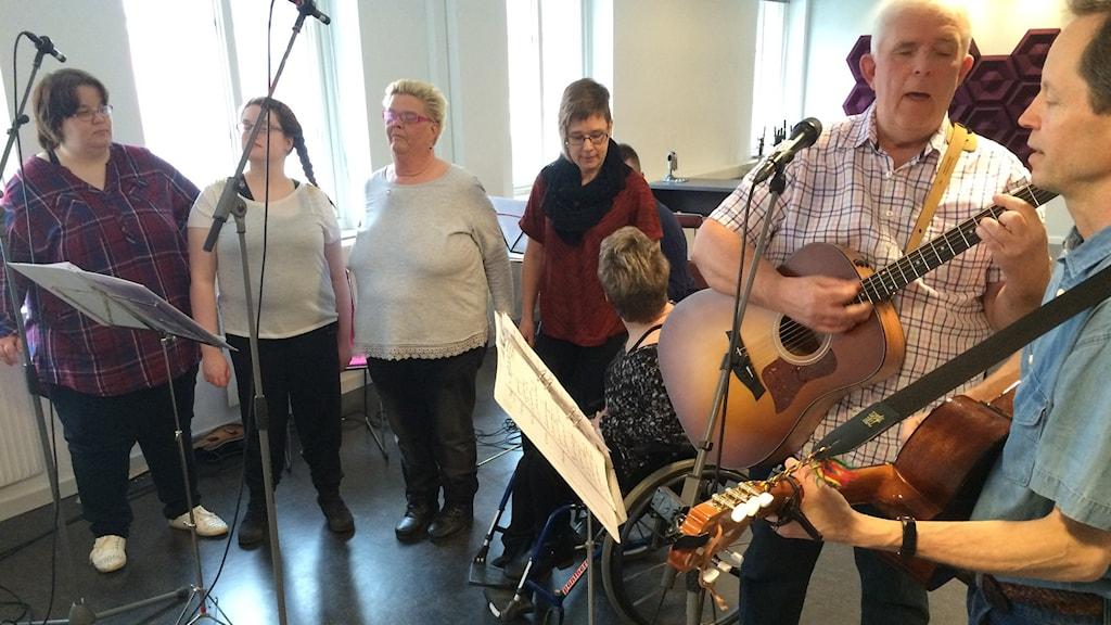 Kören En salig bladning sjöng live på P4 Väst.