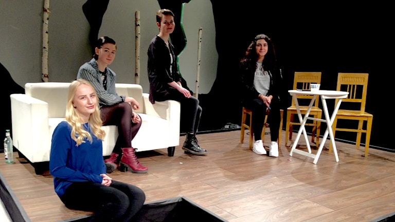 Fyra deltagare i pjäsen. Matilda Olsson, TuaLundgren, Matilda Ragnevi och Manal Tawfik sitter på scenen.