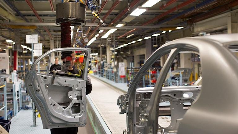 Inne i fabriken i Trollhättan där Nevs håller på att tillverka en bil
