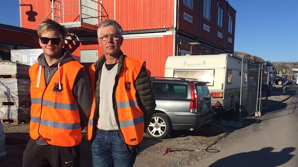 Joel Nordqvist och Tommy Olsson som är strejkvakter på ett bygge på Smögen