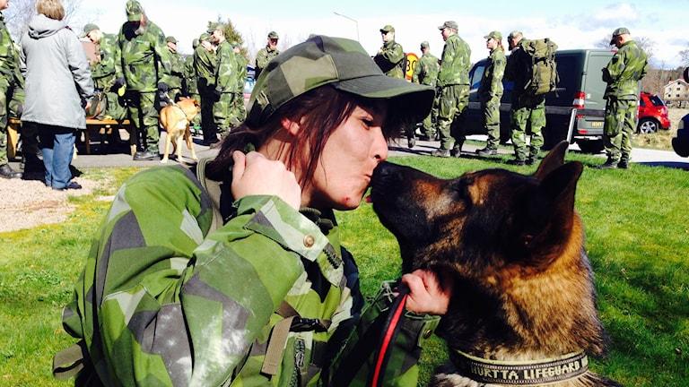 Elisabeth Bengtsson pussar schäffern X:et som hittade den försvunna kvinna i Brodalen Lysekil 19 april 2016