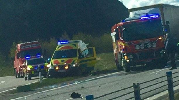 Ambulans och räddningstjänst på plats vid en trafikolycka på E6 i Munkedal.