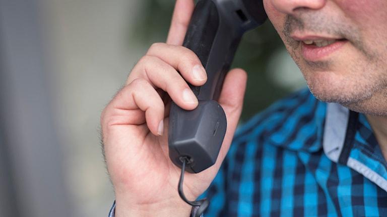 En man som talar i telefon.