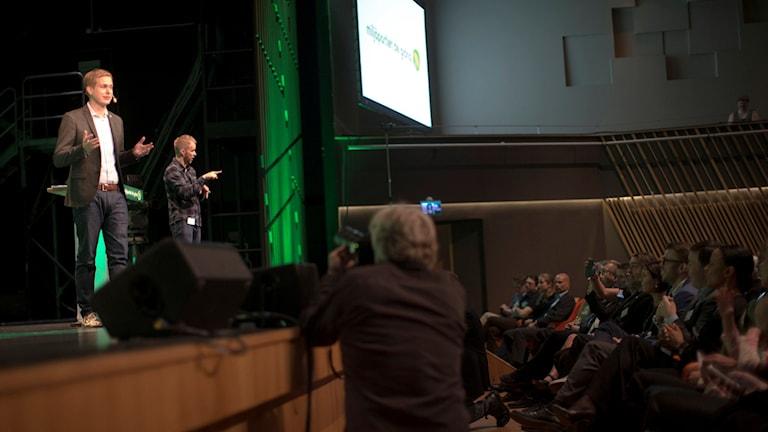 Språkröret Gustav Fridolin uppe på scenen under Miljöpartiets kongress.