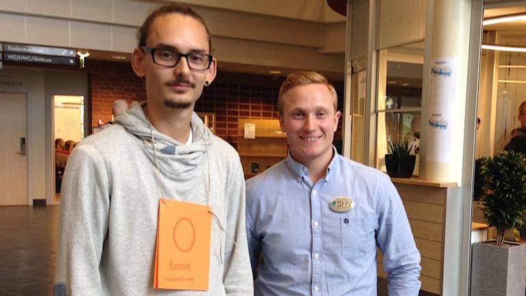Nye studenten Hampus Ahlcrona och ordförande i studentkåren Kristoffer Gustafsson. Foto: Charlott Holåmker/Sveriges Radio.