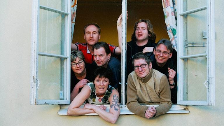 Bild på Framåt Fredag-gänget anno 2002. På bilden: Bente Hjelm, Christer Engqvist, Lillian Porshede, Lars Gunnar Övermyr, Benny Andersson, Peter Sundblad och Tomas Warrby.
