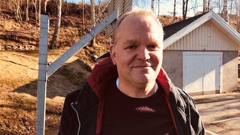 Hällebergsskyrkans församling driver Hällebergsskolan. Robert Åberg är ordförande i församlingen.