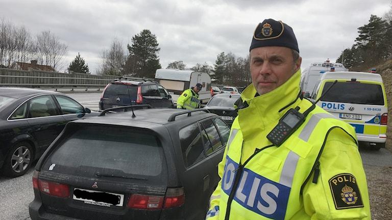 Trafikpolisen på plats strax utanför infarten till Strömstad. Kent-Ove Johansson är gruppchef på polisens trafikavdelning.