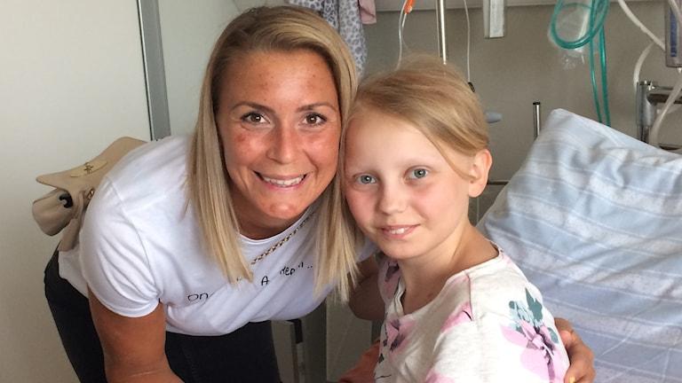 Isabell Gulldén och Iva på sjukhus.