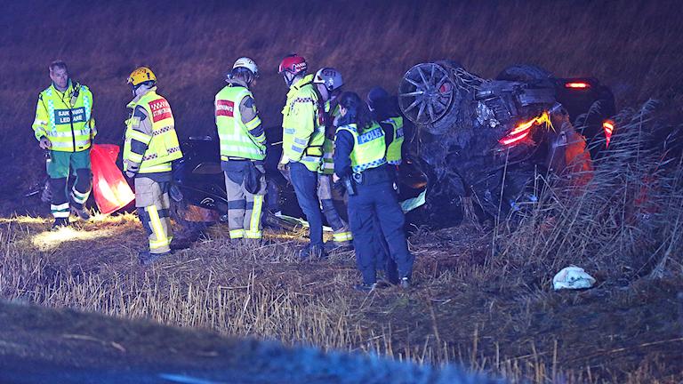 En kraschad bil på väg 162 vid Hallinden i Lysekil.