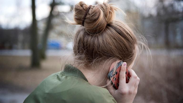 Anonymt barn pratar i mobil