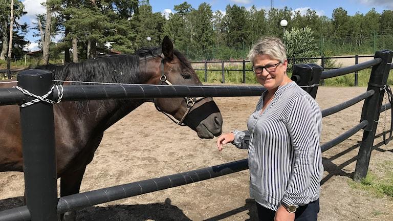 kvinna med häst