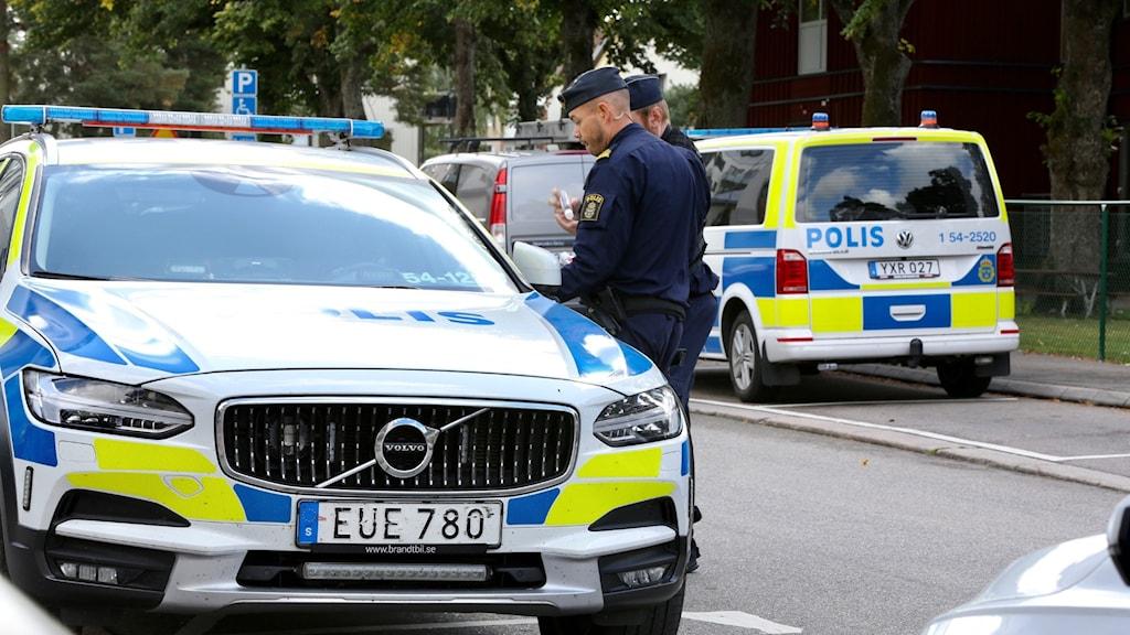 Poliser och polisbilar vid mordplats i Troolhättan