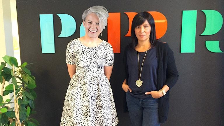 Bild på Therese McDonalds huvud på en känd persons kropp. Bredvid står vänsterns Rosanna Dinamarca.