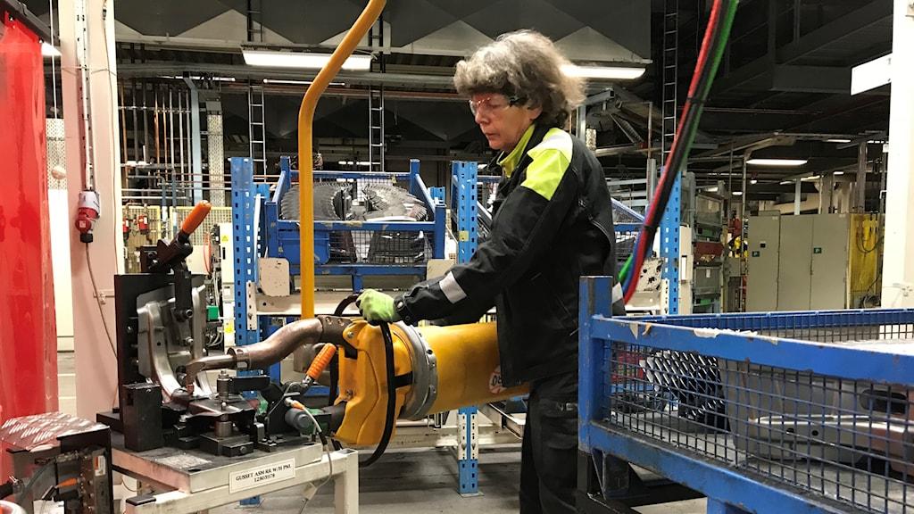 En anställd vid Nevs arbetar vid en maskin