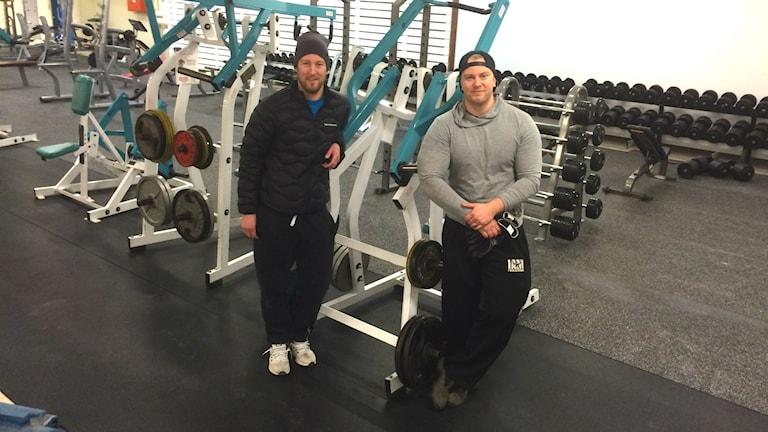 Två män vid gym-maskiner