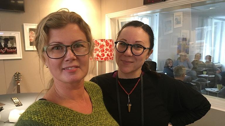 Ulrica Wallin och Marika Pilevann  står i studion och kollar in i kameran.