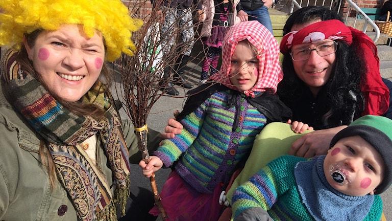 Familjen Sommer på påskparaden i Åmål.