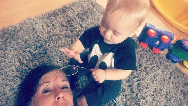 Emelie Alexandersson från Mellerud leker med sitt barn