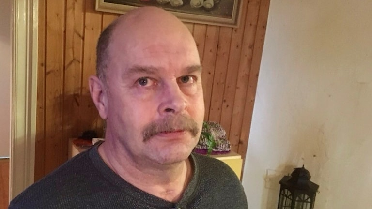 Arne Karlsson från Färgelanda. Han har lite mustasch, lite flintskallig. Ser snäll ut.