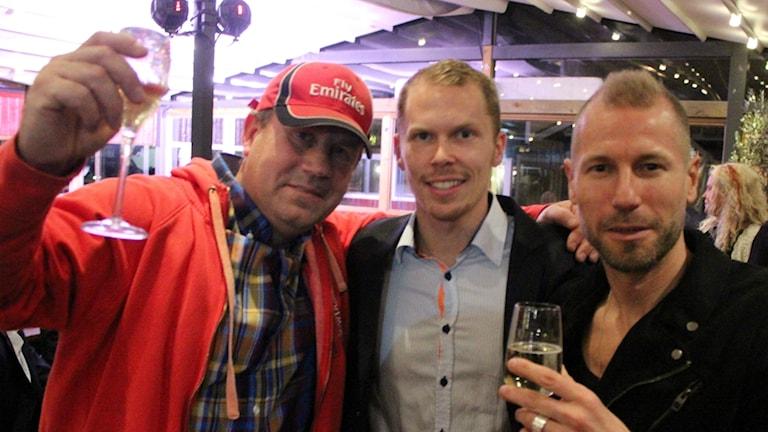 Peter Svensson, Markus Svensson och Jonas Henriksson på guldfesten på en krog längs bryggan i Grebbestad.