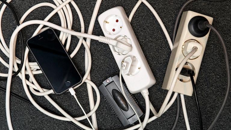Ett virrvarr av förgreningsdosor, mobilladdare och elkablar. Foto: Gorm Kallestad/TT