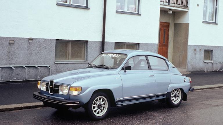 """Saab GL 96 """"Run Out"""" V4 1980 (Jubileumsmodell). En gammal fin saabbil i blå metallic-färg."""